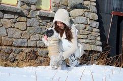 Belle femme et son chien dans la montagne Photographie stock