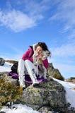 Belle femme et son chien dans la montagne Images libres de droits