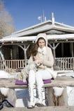 Belle femme et son chien dans la montagne Photo stock