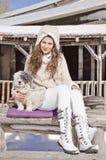 Belle femme et son chien dans la montagne Photos stock