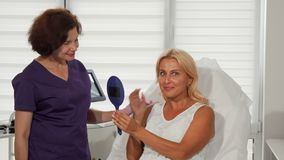 Belle femme et son cosmetologist souriant à l'appareil-photo clips vidéos