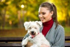 Belle femme et son maltezer de chien Photo libre de droits