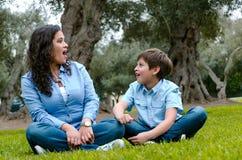 Belle femme et son petit fils mignon regardant entre eux stupéfaits image stock
