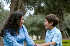 Belle femme et son petit fils mignon regardant entre eux stupéfaits images libres de droits