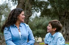 Belle femme et son petit fils mignon regardant l'un l'autre photographie stock