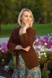 Belle femme et veste tricotée Verticale de la femme heureuse Photos stock