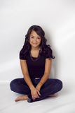 Belle femme ethnique s'asseyant avec les pieds nus Photographie stock libre de droits