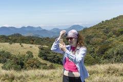 Belle femme européenne étant prête pour la photo de selfie près des montagnes image stock
