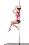 Belle femme exécutant la danse de poteau Tir de studio, sur le fond blanc, d'isolement Image libre de droits