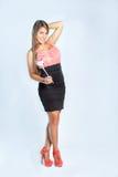 Belle femme exprimant l'amour avec le ballon de coeur sur le dos de blanc Image libre de droits