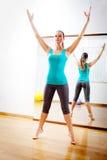 Belle femme faisant des exercices de forme physique étirant le witn bras ouverts Images stock