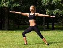 Belle femme faisant des exercices de yoga Photos libres de droits