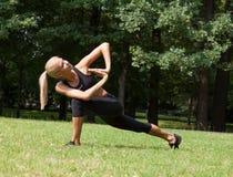 Belle femme faisant des exercices de yoga Images libres de droits