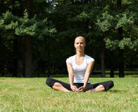 Belle femme faisant des exercices de yoga Photos stock