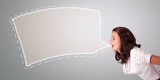 Belle femme faisant des gestes avec l'espace abstrait de copie de bulle de la parole Photos libres de droits