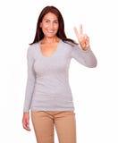 Belle femme faisant des gestes le signe de victoire avec des doigts Photo libre de droits