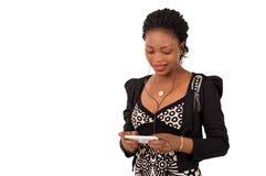 Belle femme faisant des sms Photos stock