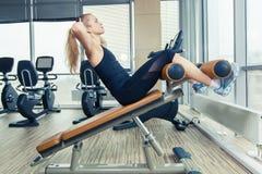 Belle femme faisant l'exercice de forme physique de presse au gymnase de sport image stock