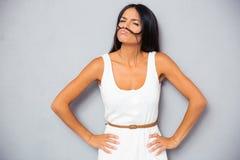 Belle femme faisant la moustache image stock