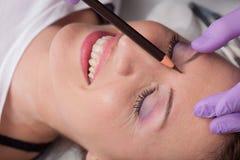 Belle femme faisant le maquillage images libres de droits
