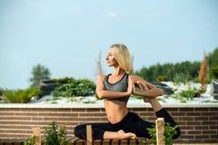 Belle femme faisant le tir de -de-portes de yoga Photographie stock libre de droits