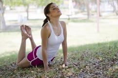 Belle femme faisant le yoga Photo stock
