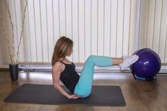 Belle femme faisant Pilates sur le tapis d'exercice Images stock