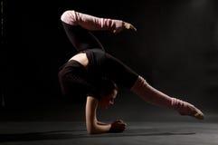Belle femme flexible Image stock