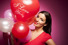 Belle femme gaie avec le ballon de jour de valentines Image libre de droits