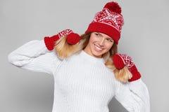 Belle femme heureuse étonnée regardant en longueur dans l'excitation Fille de Noël utilisant le chapeau tricoté et les mitaines c photos libres de droits