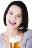 Belle femme heureuse avec de la bière Image libre de droits