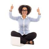 Belle femme heureuse d'affaires d'afro-américain s'asseyant avec le recouvrement photographie stock