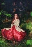 Belle femme heureuse dans la longue danse médiévale de robe photos libres de droits