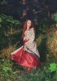Belle femme heureuse dans la longue danse médiévale de robe photo stock