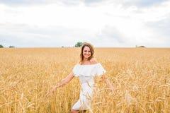 Belle femme heureuse dans le pré Fond de concept de liberté photos stock