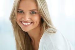 Belle femme heureuse de portrait avec le sourire blanc de dents beauté image stock