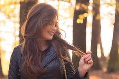 Belle femme heureuse en parc d'automne photo libre de droits