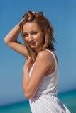 Belle femme heureuse l'été de mode de vie de plage image libre de droits