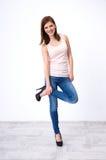 Belle femme heureuse posant au studio images libres de droits