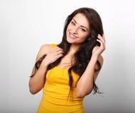 Belle femme heureuse positive dans la chemise jaune et les longs cheveux aussi photographie stock