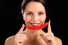 Belle femme heureuse retenant le poivre de /poivron rouge Photographie stock libre de droits