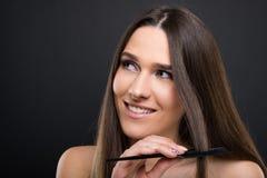 Belle femme heureuse se peignant les cheveux photo libre de droits