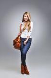 Belle femme heureuse tenant un sac Photo libre de droits