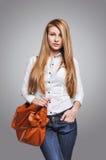 Belle femme heureuse tenant un sac Photos stock