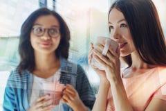 Belle femme heureuse tenant une tasse de thé Images stock