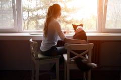 Belle femme heureuse tout en passant le temps avec le meilleur ami, elle Image stock