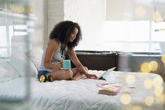 Belle femme hispanique étudiant à la maison avec le PC d'ordinateur portable Photographie stock libre de droits