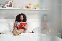 Belle femme hispanique étudiant à la maison avec le PC d'ordinateur portable Images libres de droits