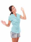 Belle femme hispanique faisant des gestes une salutation Photographie stock libre de droits