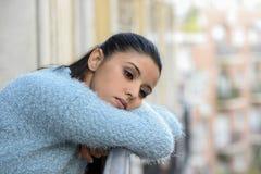 Belle femme hispanique triste et désespérée souffrant frustrant réfléchi de dépression photo stock